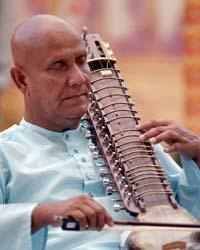 Sri Chinmoy spielt die Esraj