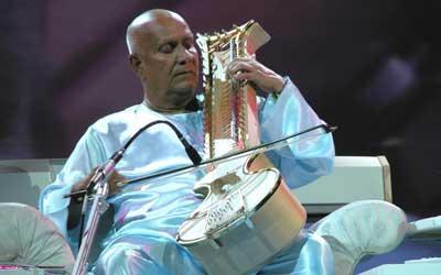 Sri Chinmoy gibt 2005 ein Konzert in Freiburg