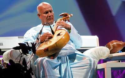 Sri Chinmoy gibt 2005 ein Konzert in Mannheim