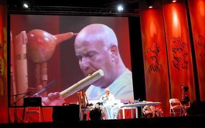 Sri Chinmoy gibt 2005 ein Konzert in Nürnberg
