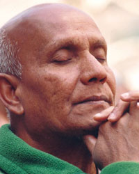 Sri Chinmoy meditiert